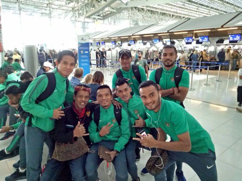Pemain Timnas Sepakbola Indonesia Berfoto bersama Suporter