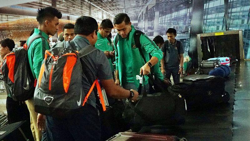 Timnas Indonesia mengambil bagasi di conveyor