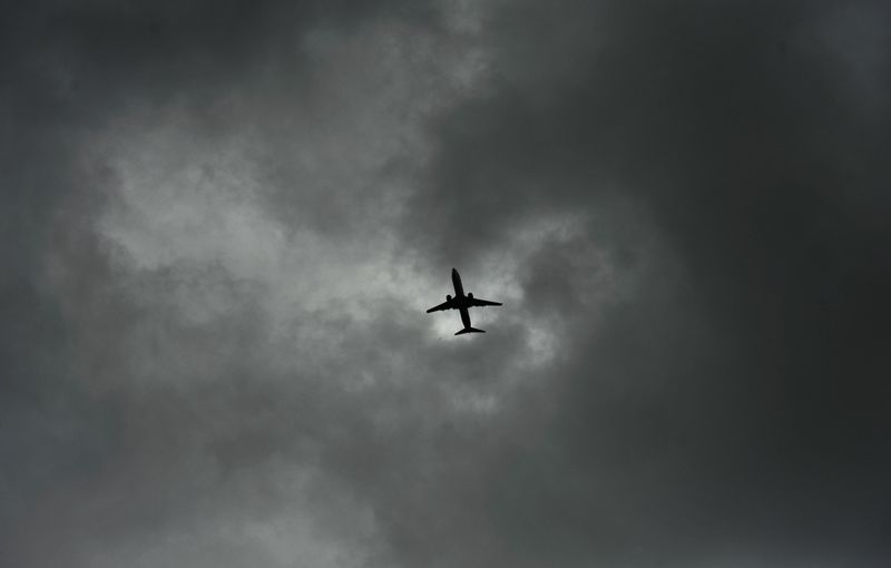 Ilustrasi pesawat di cuaca buruk