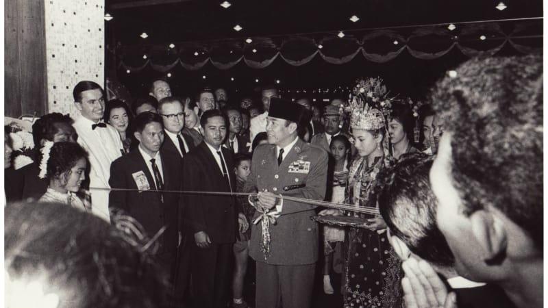 Pengguntingan pita tanda saat peresmian Hotel Indonesia