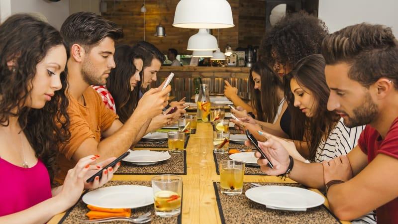 Kecanduan smartphone (ilustrasi)