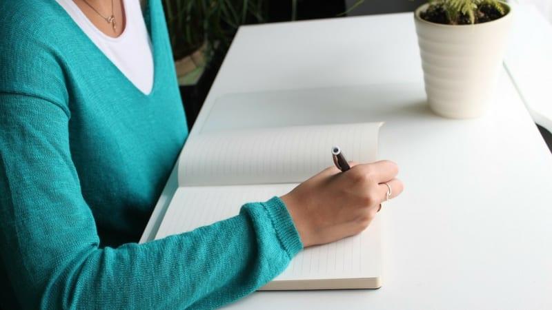 Ilustrasi perempuan menulis