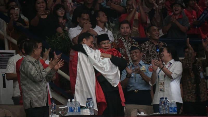 Momen Jokowi dan Prabowo berpelukan dengan atlet Pencak Silat di Asian Games 2018