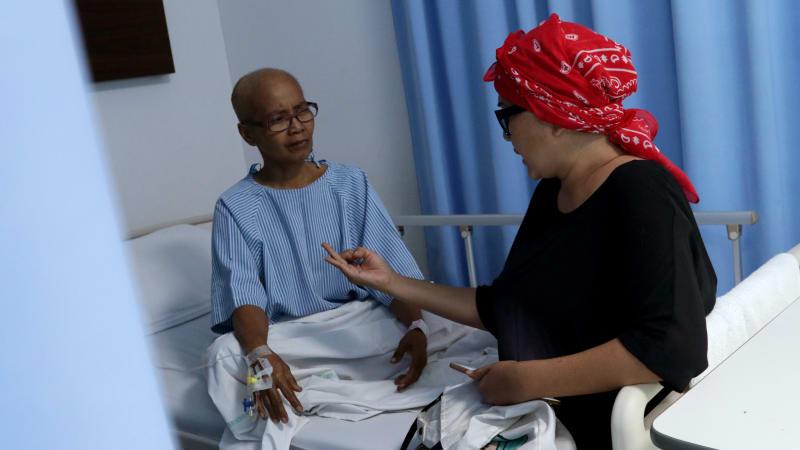 Ria Irawan Mengunjungi Penderita Kanker Lain