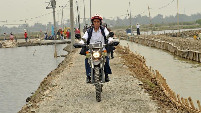 Jokowi naik motor trail di Muara Gembong.