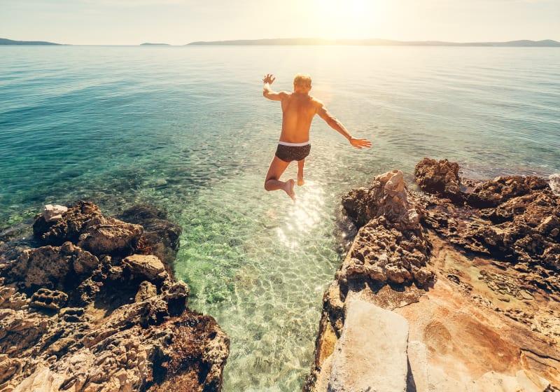 Ilustrasi Pria Melompat ke Laut