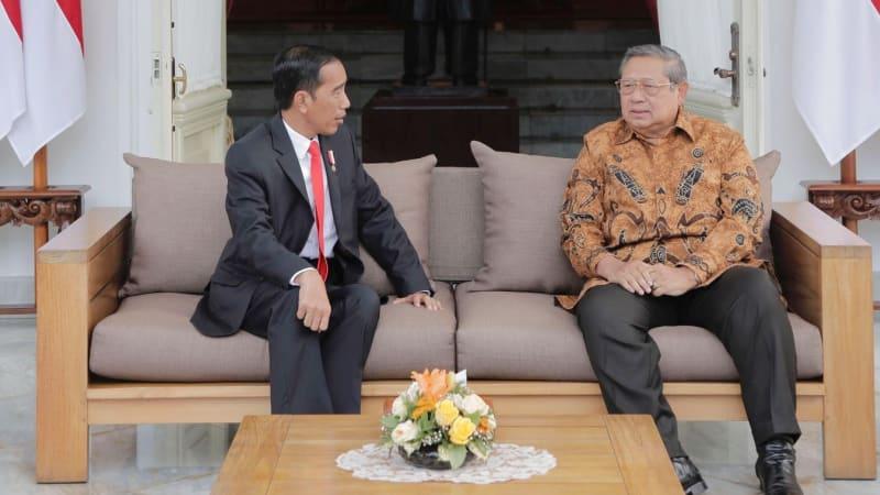 Presiden Jokowi berbincang dengan SBY