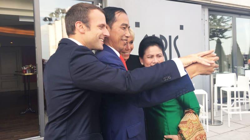 Jokowi-Iriana selfie bareng Macron dan istri