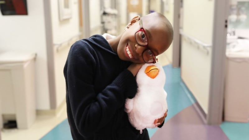 Anak pengidap kanker memeluk robot bebek Aflack