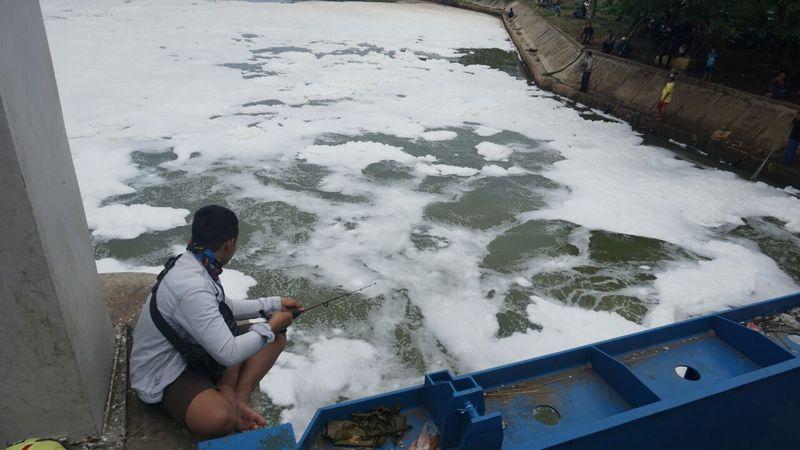Limbah busa di Jalur Banjir Kanal Timur