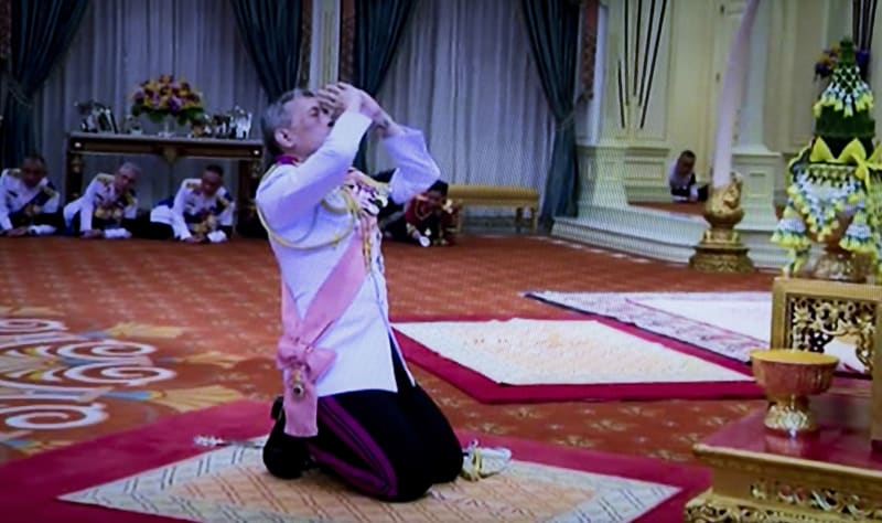 Raja Thailand Maha Vajiralongkorn Saat Pengambilan Sumpah