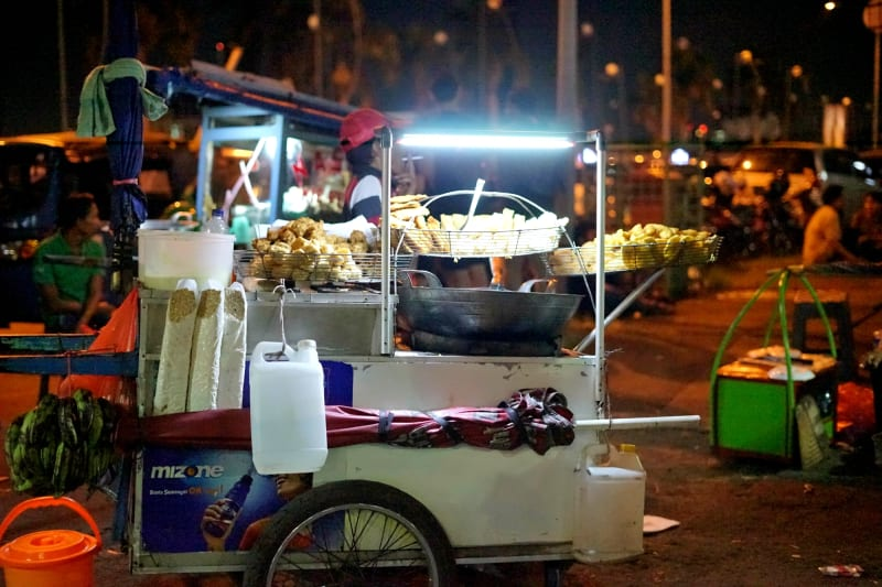 Penjual gorengan turut berjualan di lokasi