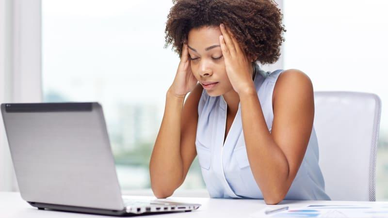 Ilustrasi wanita stres dengan pekerjaannya