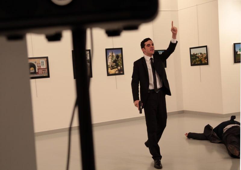 Gestur Seorang Pria Setelah Menembak Dubes Rusia untuk Turki Andrei Karlov
