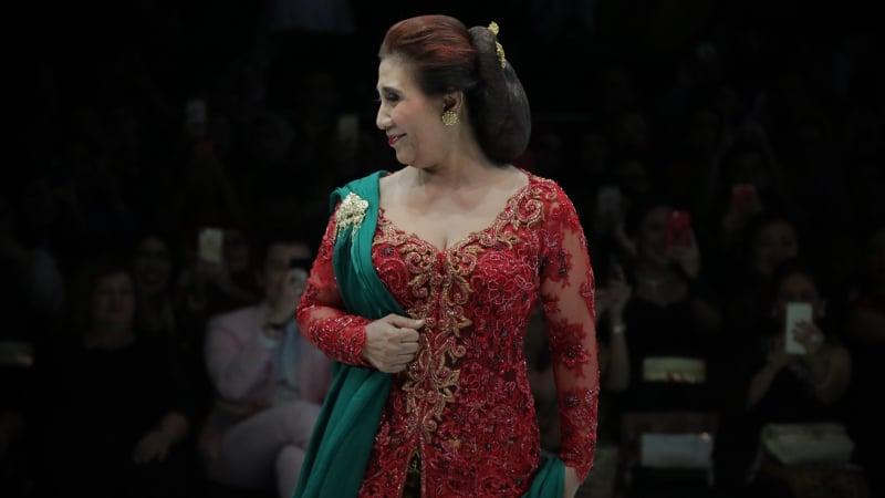 Menteri Susi Pudjiastuti pada Anne Avantie