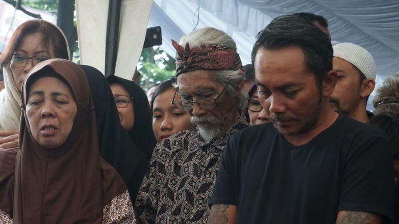 Prosesi pemakaman Yon Koeswoyo di TPU Tanah Kusir