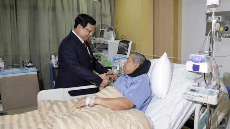 Prabowo saat menjenguk SBY