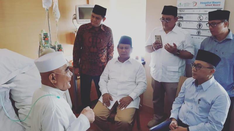 Prabowo Subianto dan Zulkifli Hasan menjenguk Kiai Maksum Bondowoso