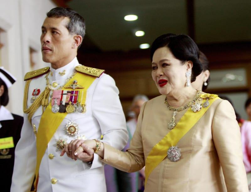 Raja Thailand Maha Vajiralongkorn dengan Ibu Suri Ratu Sirikit