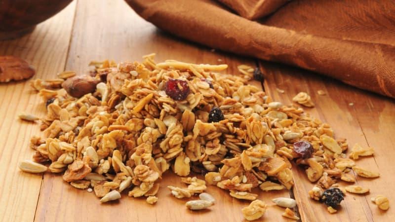 Granola terbuat dari gandum.