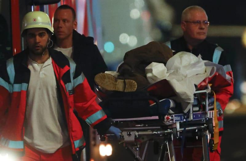 Petugas Mengevakuasi Korban yang Tertabrak Truk di Berlin