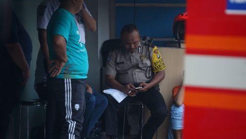 Polisi memegang surat yang diduga wasiat dari korban