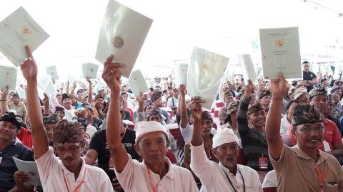Joko Widodo bagikan sertifikat tanah di Tabanan