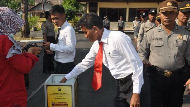 Polisi di Bojonegoro Sisihkan Rezeki Untuk Bantu Korban Bencana Palu dan Donggala