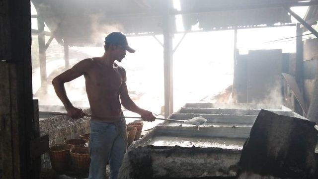 Nasib Pembuat Garam di Denpasar, Bertahan dalam Keterbatasan