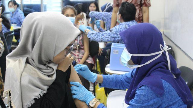 Cegah Penyebaran Diferti, BEM Esa Unggul dan Puskesmas Kebon Jeruk Gelar Imunisasi Gratis