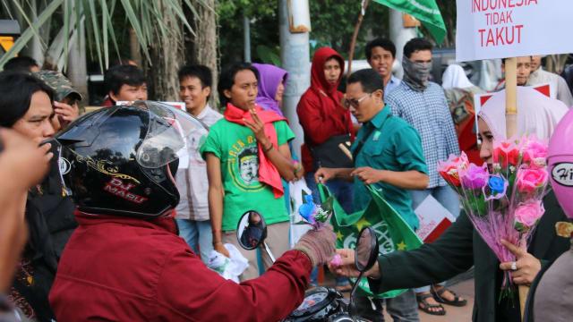 Aksi Solidaritas, Kader PKB Jatim Bagikan Bunga