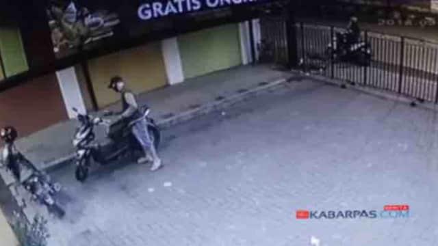 Aksi Dua Maling Motor di Restoran Cepat Saji di Pasuruan Terekam CCTV