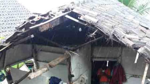Tiga Rumah di Lekok Rusak Akibat Tebing Longsor
