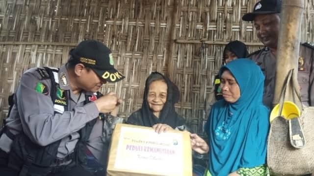 Peringati Hari Kartini, Polres Probolinggo Kunjungi Nenek Sebatang Kara