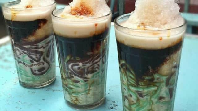 Menikmati Buka Puasa dengan Es Cendol Legendaris di Padang