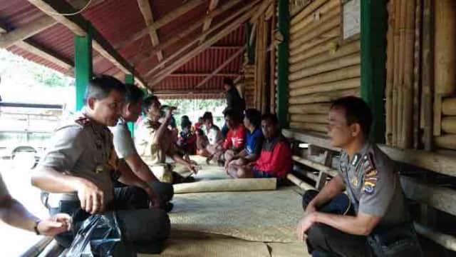 Suasana Akrab Warnai Kunjungan & Silaturahmi AKBP Michael Irwan Thamsil, S.IK ke Keluarga Almarhum Poro Duka