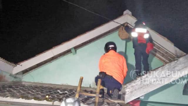 Bikin Resah, Sarang Tawon di Rumah Warga Cisaat Sukabumi Dievakuasi
