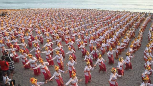 Tari Tenun Massal Tutup Peti Tenget Festival
