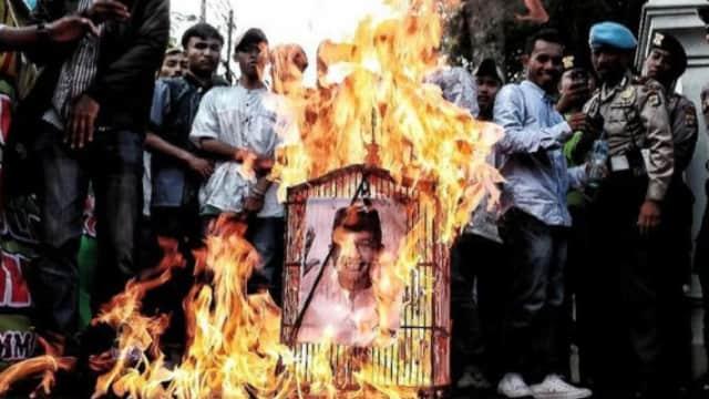 Pendukung Rizieq Shihab Murka, Membakar Foto Anies Baswedan