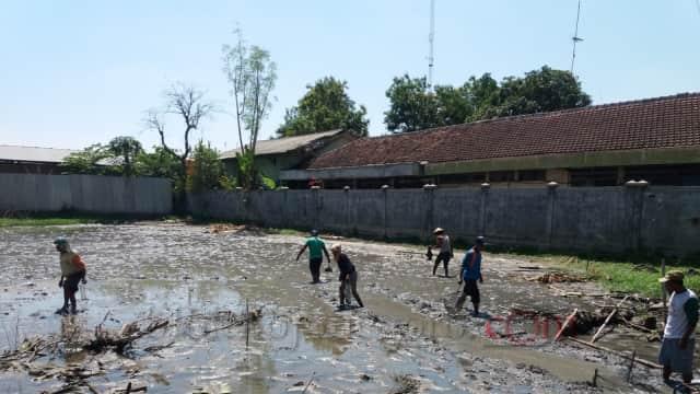 Puluhan Warga Cari Ikan di Lahan Kosong