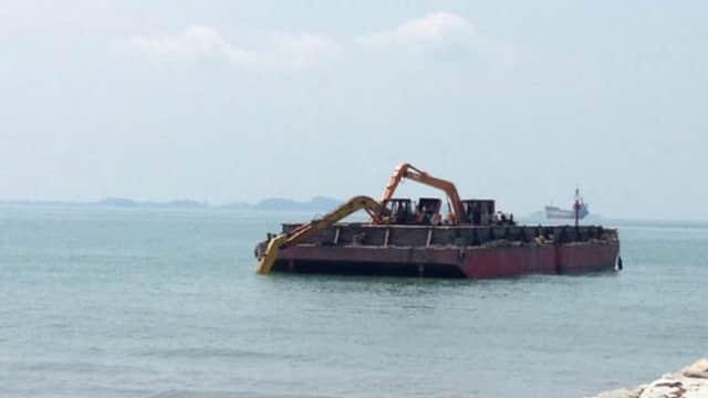 Tongkang Pembuang Limbah Masih Beroperasi di Harbour Bay