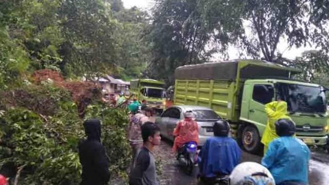 Jalan Nasional Lintas Sumbar-Bengkulu Macet Total Akibat Longsor