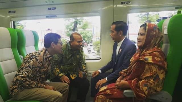 Mengintip Keakraban Jokowi dan Gubernur Sumbar di Gerbong KA Bandara Minangkabau