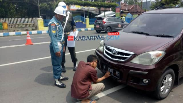Operasi Gaktib, Petugas Tertibkan Pengguna Jalan yang Pakai Atribut TNI