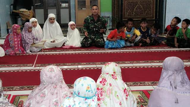 Kisah Anggota TNI Mengajar Ngaji di Sijunjung