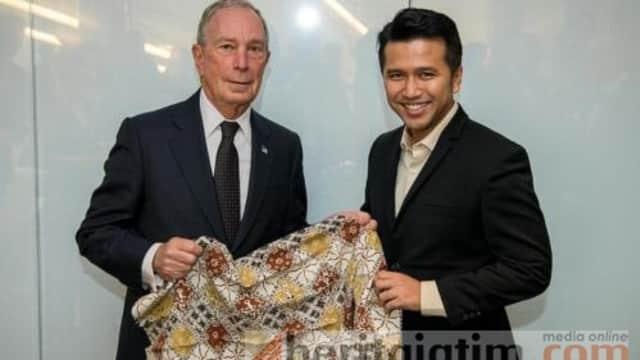 Bertemu Michael Bloomberg, Emil Persembahkan Batik Khas Trenggalek