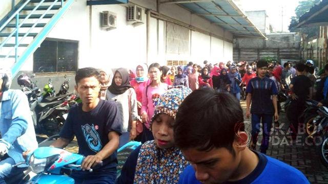 Ratusan Buruh di Sukabumi Unjuk Rasa Tuntut Perusahaan Bayar Upah