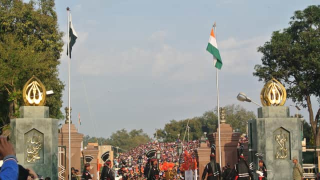 Kehebohan Upacara Bendera di Batas India-Pakistan