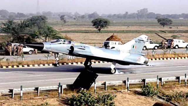 Jet Tempur Lepas Landas Di Jalan Tol