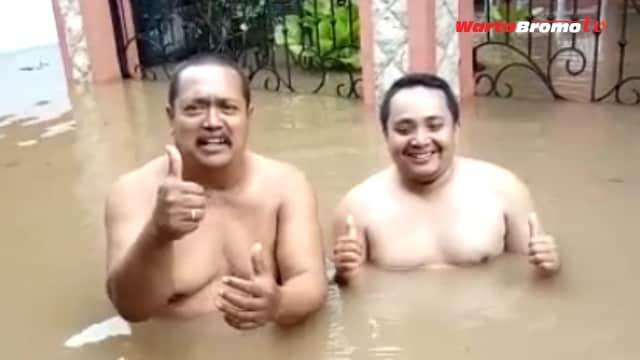 Semangat Menerima 'Hadiah' Banjir, Vlog Dua Pria Gendut Viral di Medsos